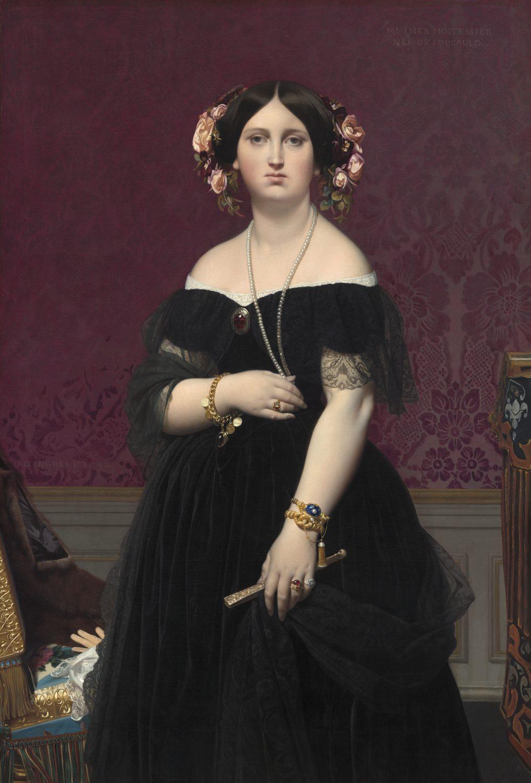 Dreiviertelporträt einer jungen Dame in einem schwarzen Kleid. Die junge Frau trägt einen Fächer und Blume im Haar. Sie steht vor einer Wand mit einer gemusterten roten Samttapete.