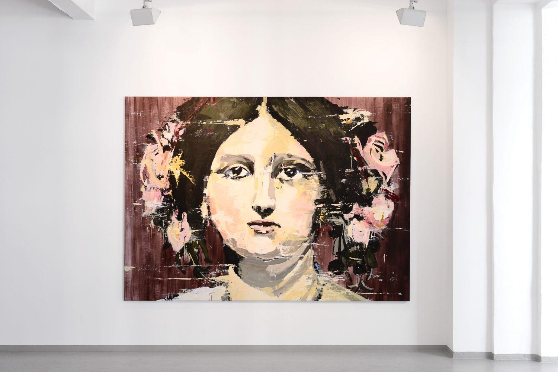Ein an einer weißen Wand hängendes großformatiges Gemälde mit einer Porträtdarstellung einer jungen, dunkelhaarigen Frau, die den Betrachter ernst anschaut.